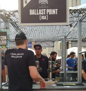 Sami con Ballast Point.